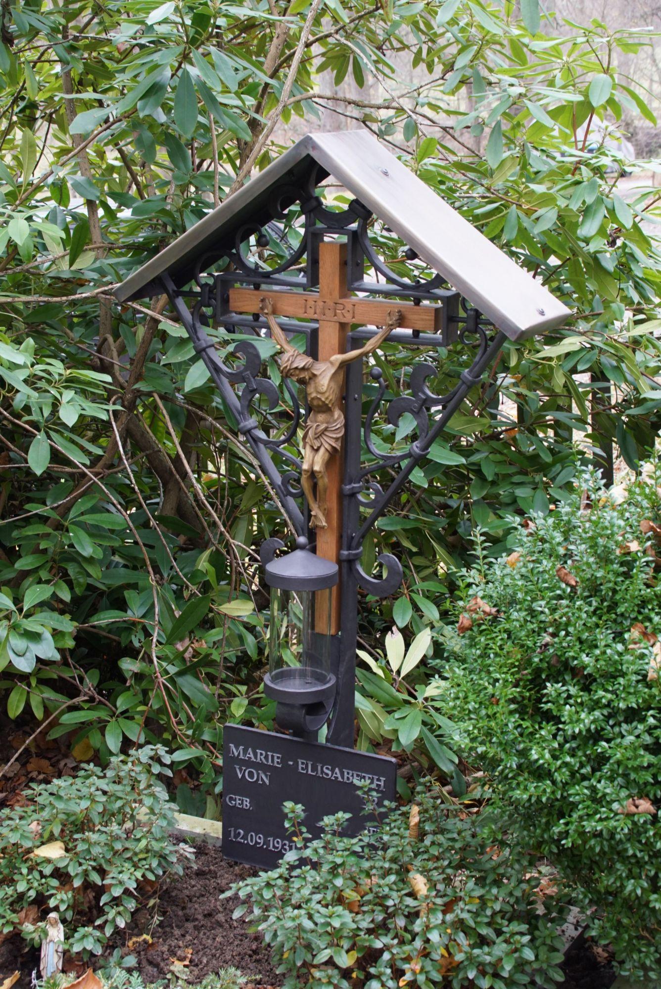 Grabkreuz mit Holzkreuz und Dach