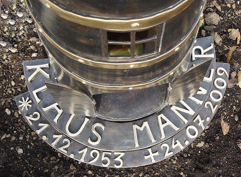 Leuchturm aus Schmiedebronze als Grabzeichen - Detail