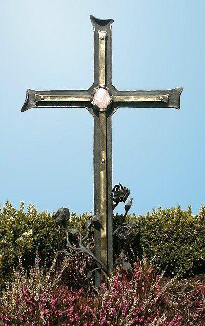 Grabkreuz aus Schmiedebronze mit einem Rosenquarz bestückt