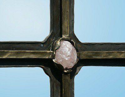 Grabkreuz aus Schmiedebronze mit einem Rosenquarz bestückt - Detail