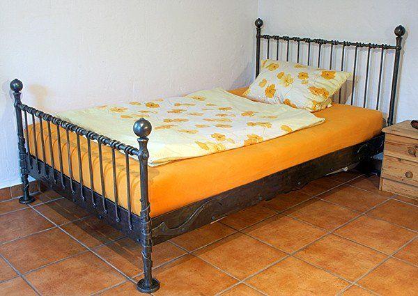 Bett aus Stahl geschmiedet