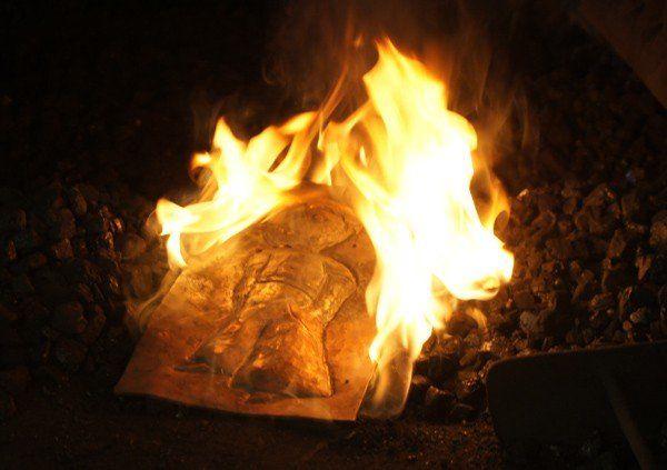 Kleiner Prinz als Grabdenkmal - Im Feuer