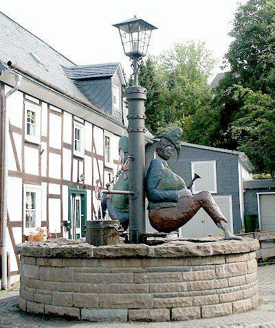 Dorfbrunnen - Brunnen mit Laterne und Räuber und Gendarm