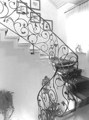 Treppengeländer verspielt mit Blumen