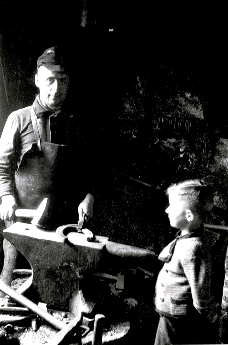 Sohn Heinrich Jürgens schaut seinem Vater beim Schmieden eines Hofeisens zu. Er hat später in der dritten Generation diese handwerkliche Tätigkeit nicht mehr ausgeübt. Aufnahme 1950
